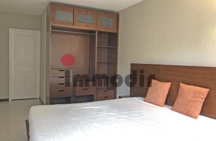 Rez de Chaussée Appartement de 1500 pc, 2 cac, 2 sdb, cuisine, salon, salle à manger, TV room
