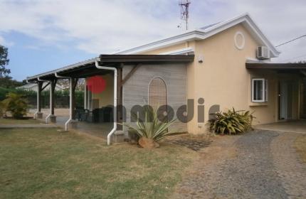 Jolie petite maison moderne de 3 chambres sur un grand jardin de cocotiers avec sa belle piscine et son kiosque