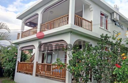 Villa comprenant 2 appartements de 2 chambres et un studio, en vente à La Gaulette