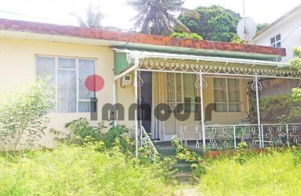 À vendre à Pamplemousse, petite maison créole au charme d'antan. Maison semi meublée, de plain-pied de 88m2, varangue de 8m2, sur un terrain de 13perches, 548m2