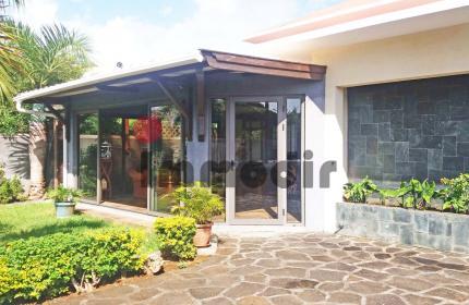 À vendre à St Antoine quartier résidentiel, maison individuelle semi meublée à étage de 240m², sur un terrain de 480m² avec piscine.