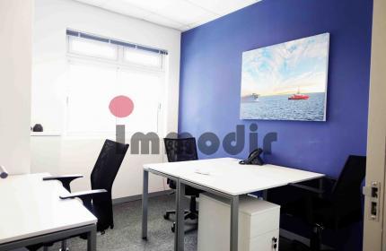 Bureau meublé et équippé avec facilité de  parking , stratégiquement situé à Port Louis
