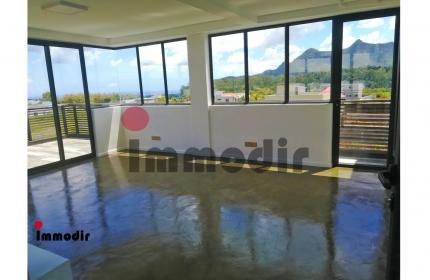 Idéalement située avec vue panoramique à Ebene, un espace commercial de 25m2 à louer