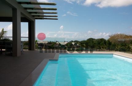 A louer dans une residence securisee, belle villa plain pied de 350m2, 3 chambres et un bureau avec piscine privee sur un terrain de 1806m2. -